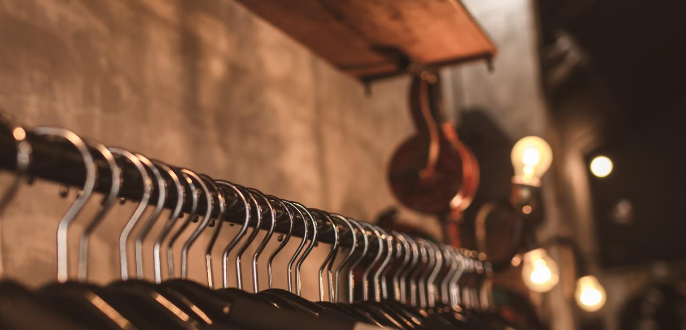 Minimalizm w szafie eleganckiego mężczyzny